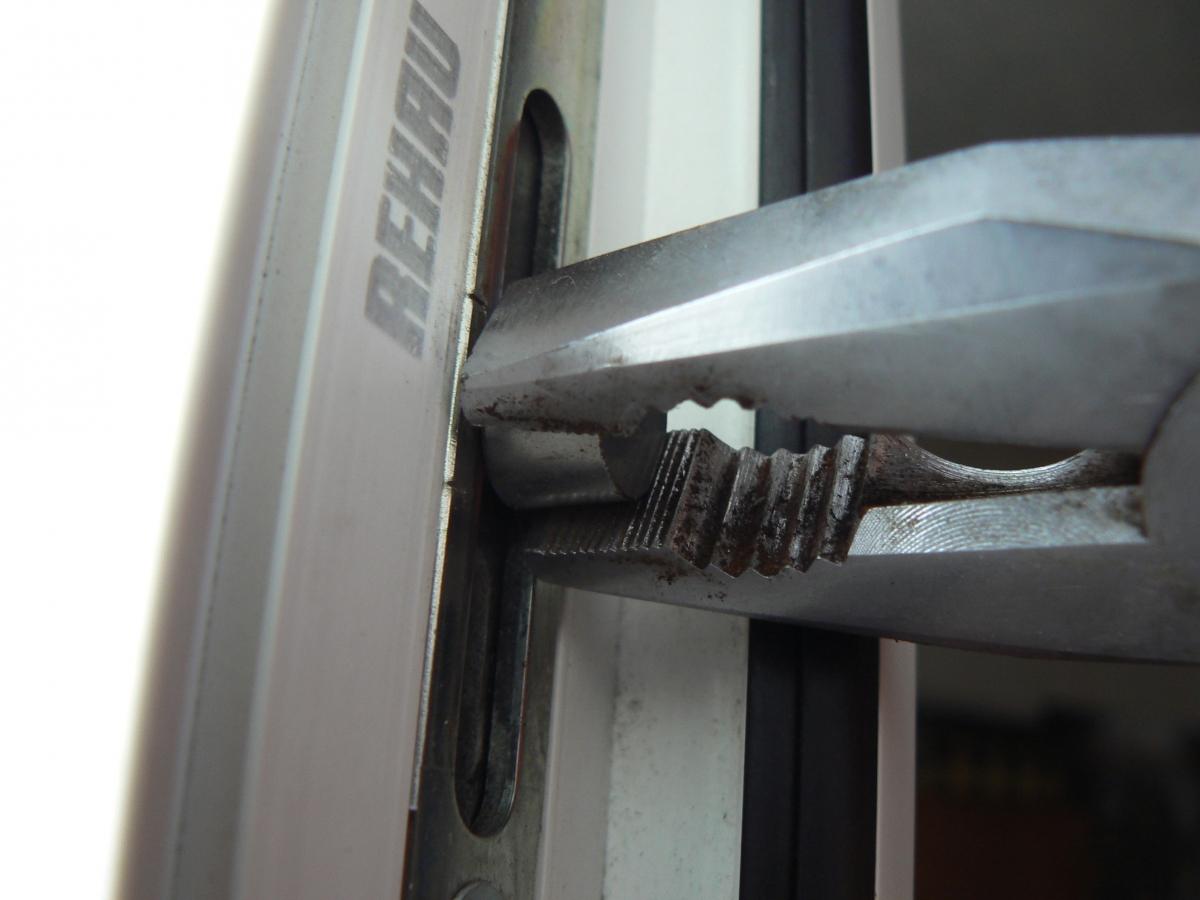 Как отрегулировать пластиковые двери на балконе.