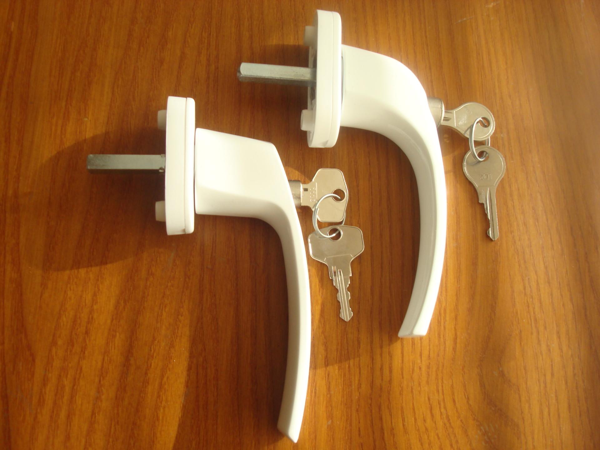 Дверные ручки для межкомнатных дверей с замком: круглые, наж.